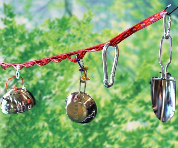 ハンギングチェーンに吊るされたコットやケトル