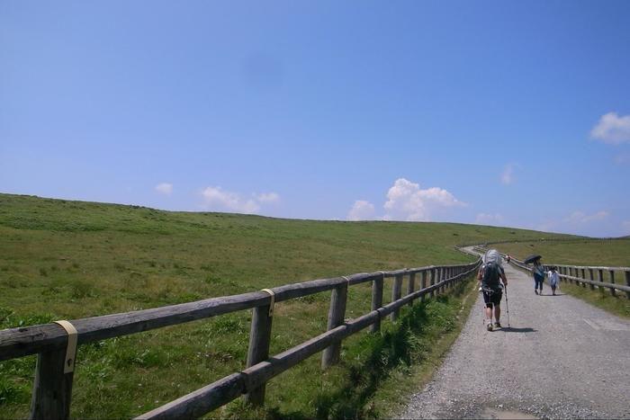 美ヶ原の山道を下る人