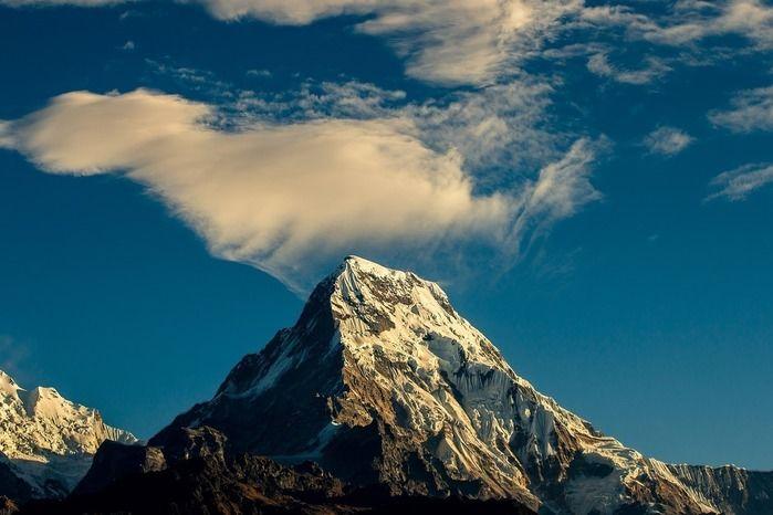 そびえ立つ山