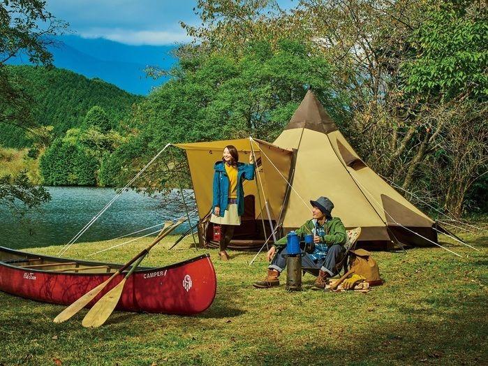 湖のそばでキャンプをする男女