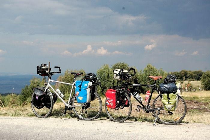 荷物がつまれた自転車