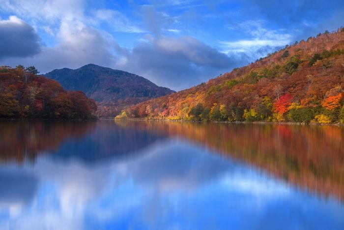 紅葉した山々とそれを映した湖