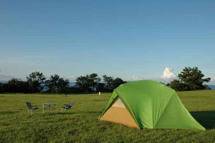 芝生の上に張られたモンベルのムーンライトテント