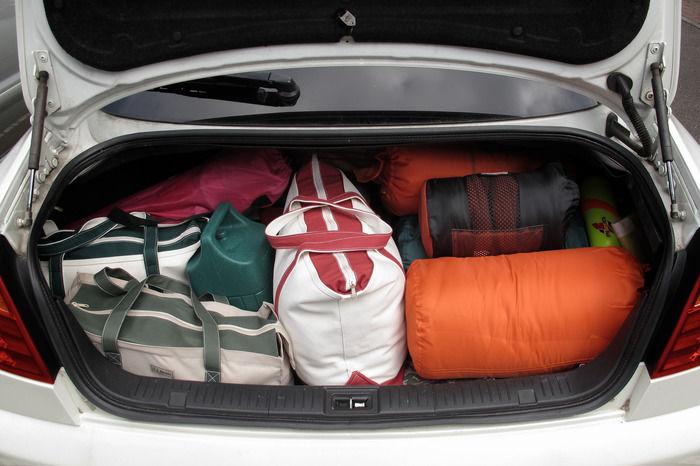 キャンプ道具がぎっしり詰まった車のトランク