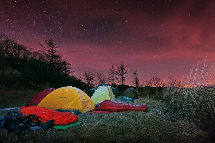 夜空の下にたてられたステラリッジテント