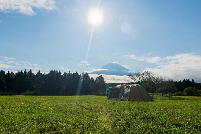ふもとっぱらキャンプ場にたてられたテントと空に浮かぶ富士山