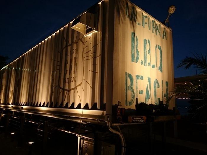 夜のCalifornia B.B.Q BEACHのコンテナ