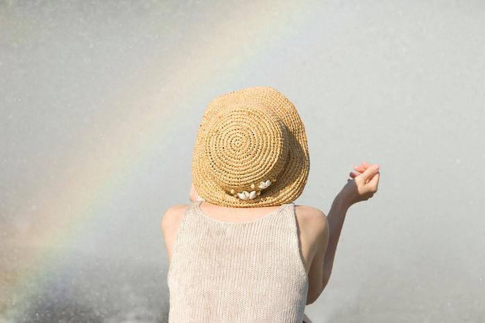 麦わら帽子をかぶった女性