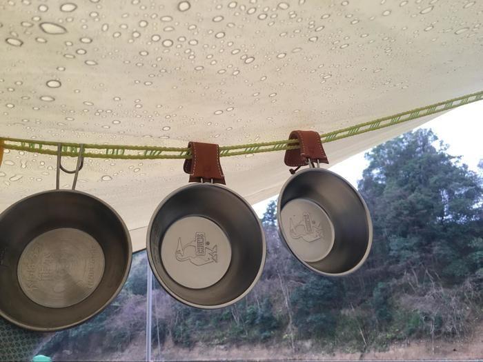テントの中にかけられている鍋