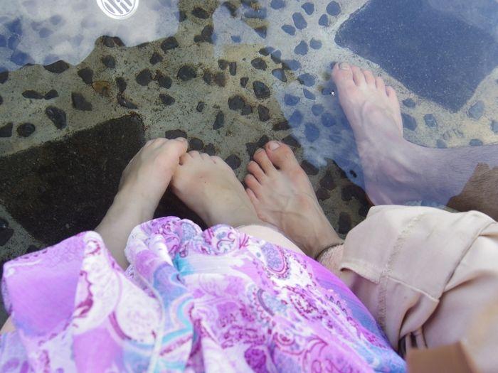 足湯につかる男女