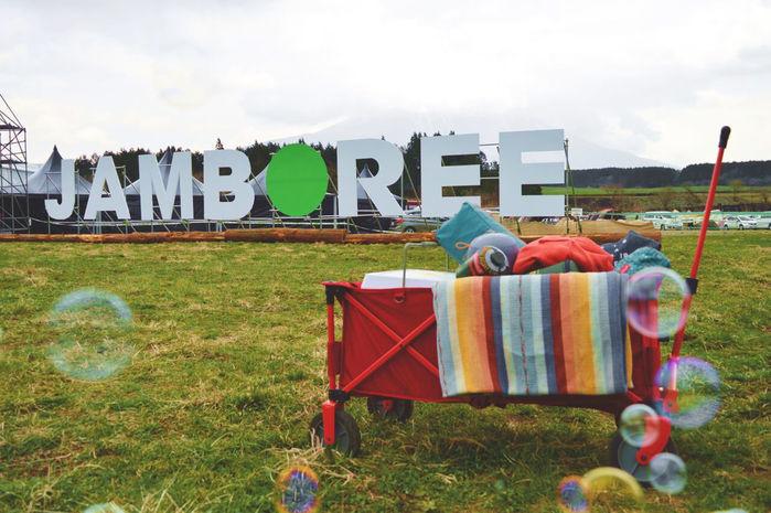芝生に並ぶGO OUT JAMBOREEのオブジェ
