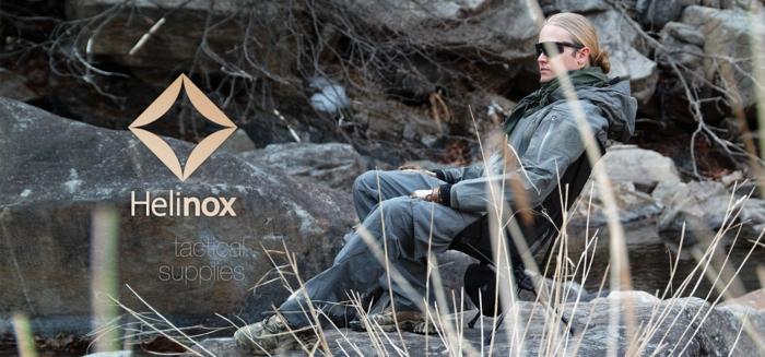 「ヘリノックス」のコンパクトチェアに座る男性