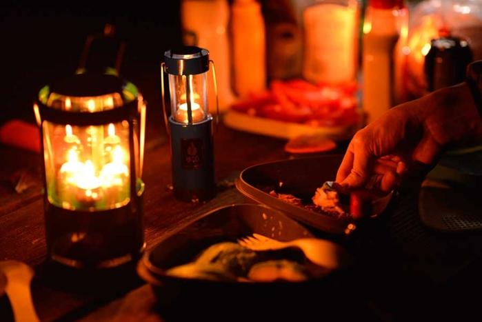 キャンプの夜のランタンの灯り