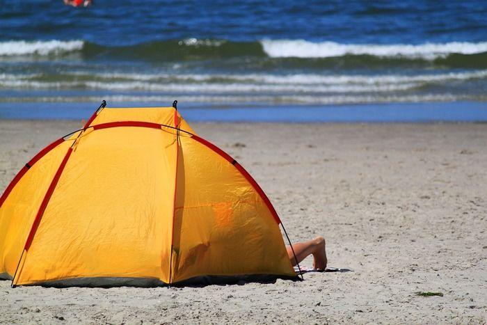 ビーチに張られた黄色いテント