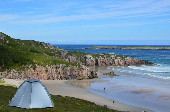 海が見下ろせる場所に張られたテント