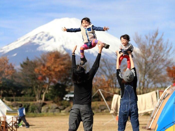 富士山を背景に遊ぶ家族