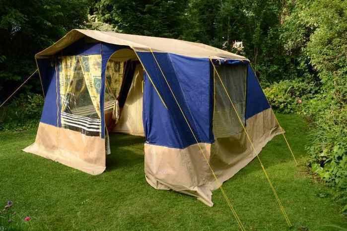 芝生の上に張られたマルシャルテント