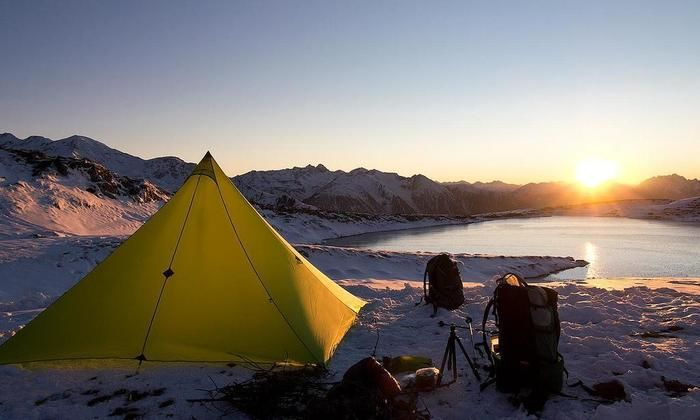 雪山でのキャンプの様子
