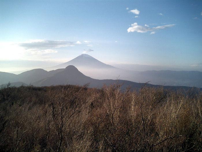 霧にかすむ富士山