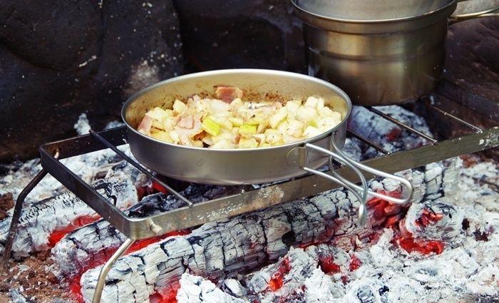 ベルモントのクッカーを使って焚き火台で料理している様子