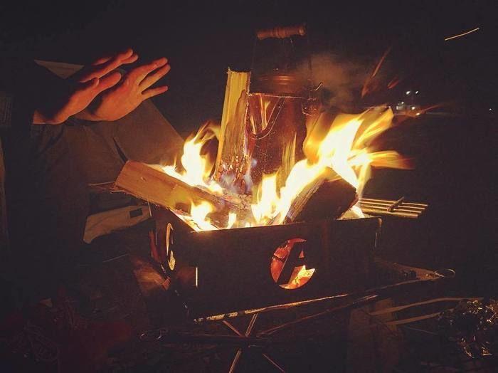 焚き火で温まる様子