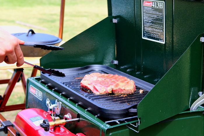ツーバーナーストーブで焼いている肉