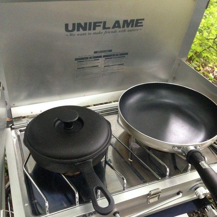 ユニフレームのツーバーナーUS-1900に置かれた鍋とフライパン