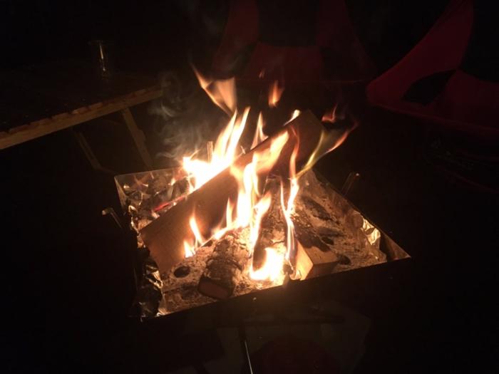 ユニフレームのファイアグリルで燃え上がる焚き火