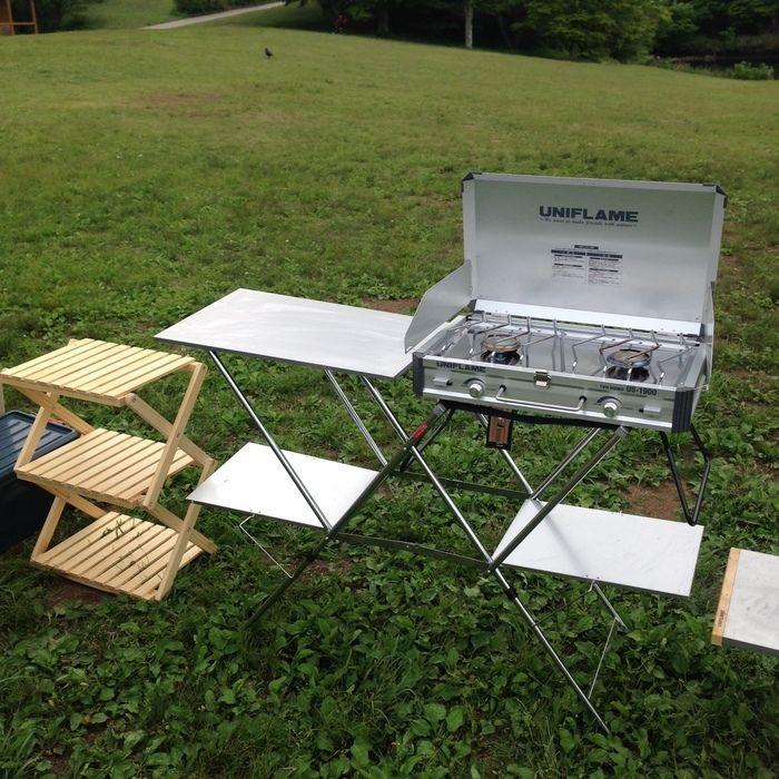 芝生の上にセットされたユニフレームのキッチンスタンド
