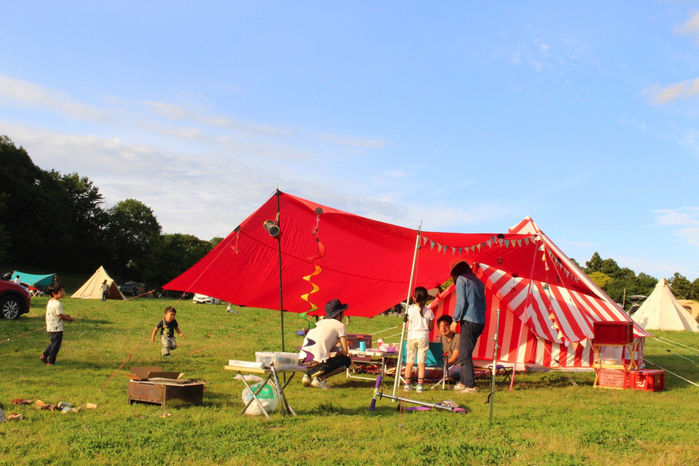 森のまきばオートキャンプ場でキャンプをする人々