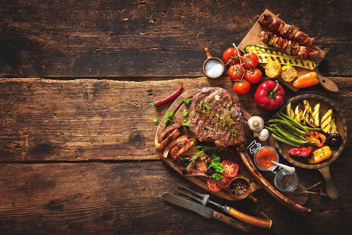 テーブル上のバーベキュー料理