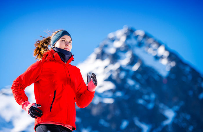 雪山を走る女性