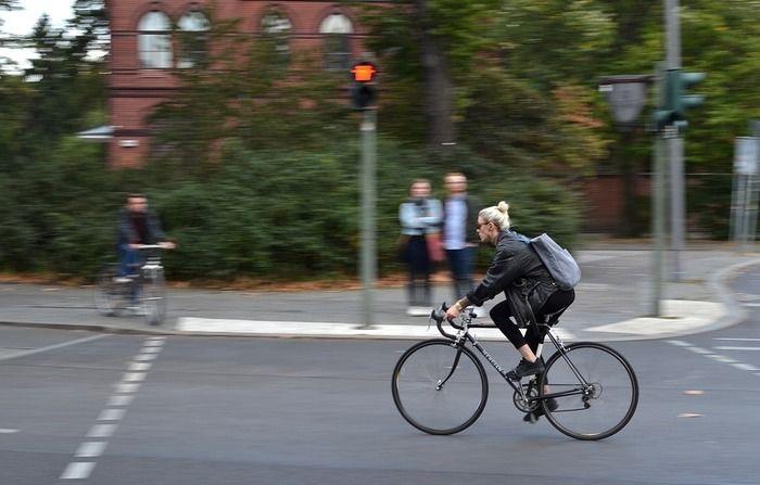 マウンテンバイクで颯爽と街中を走り抜ける女性