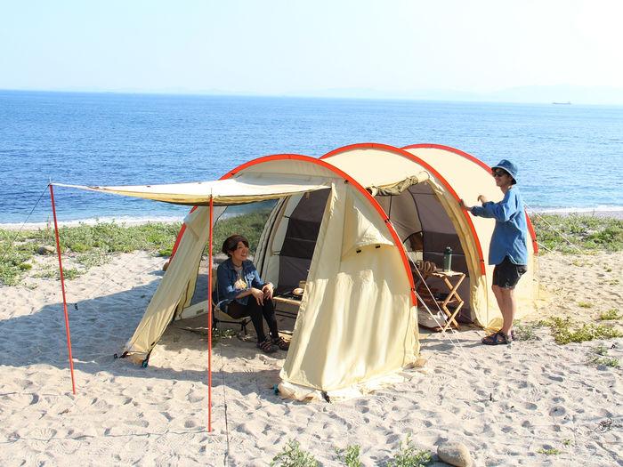 浜辺に張られたカマボコテントミニ