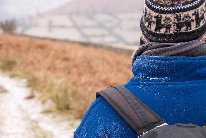 ホグロクスのフリースを雪の中着用している人