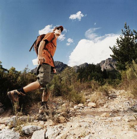 険しい山道を歩く男性