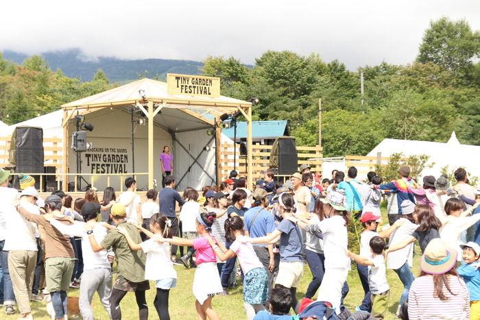 多くの人々で賑わっているタイニーガーデンフェスティバル