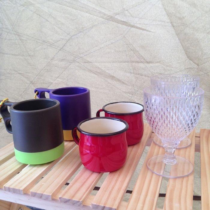 卓上に並べられたコップ