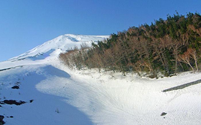 一面真っ白に覆われた雪山