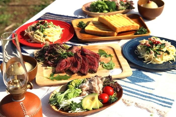 肉やパスタが並ぶランチ