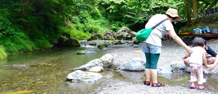 川辺で遊ぶ親子
