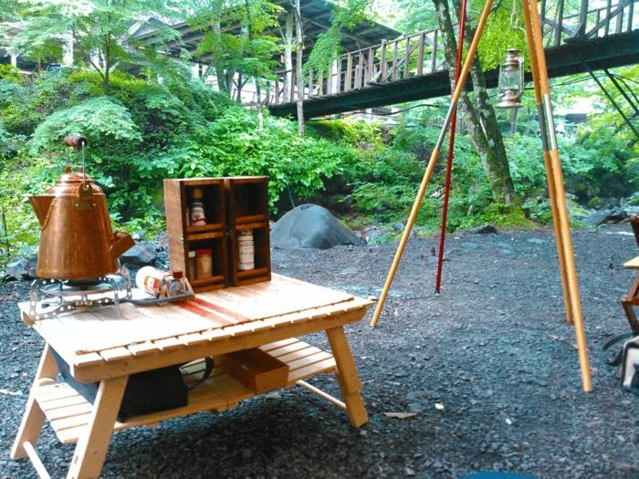 ウッド調のキャンプ用品