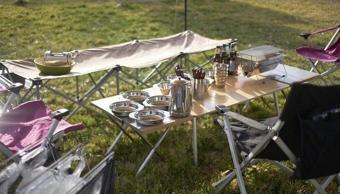ユニフレームのテーブルに食器が置いてある写真