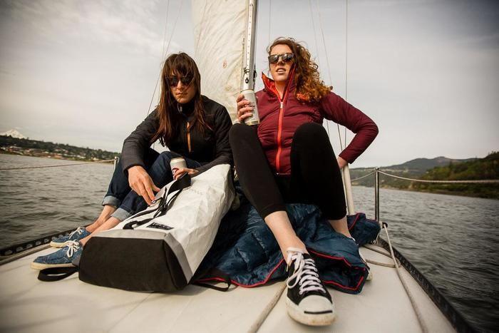 ヨットの上で落ち着く2人の女性