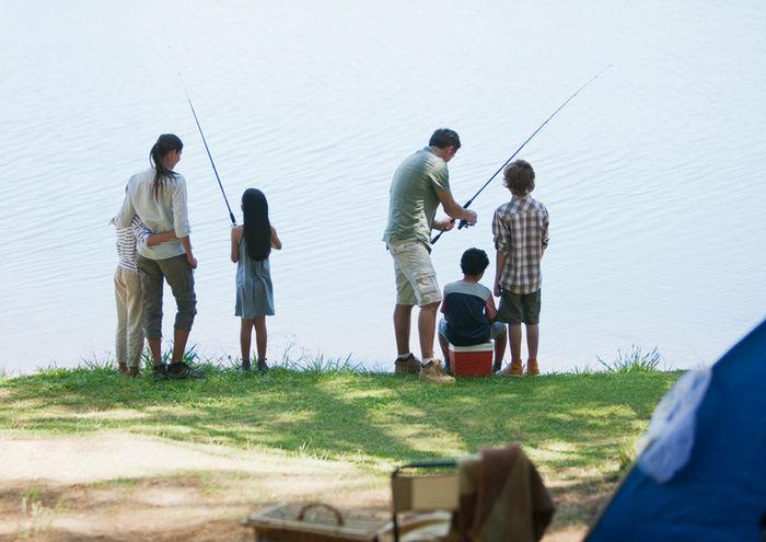 魚釣りを楽しむ家族