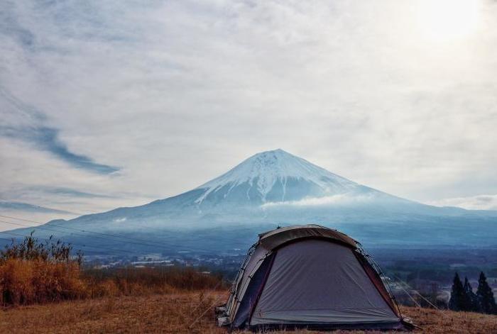 富士山麓のキャンプに張られたテント