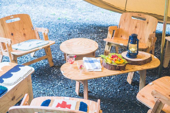 木製のローテーブルと椅子