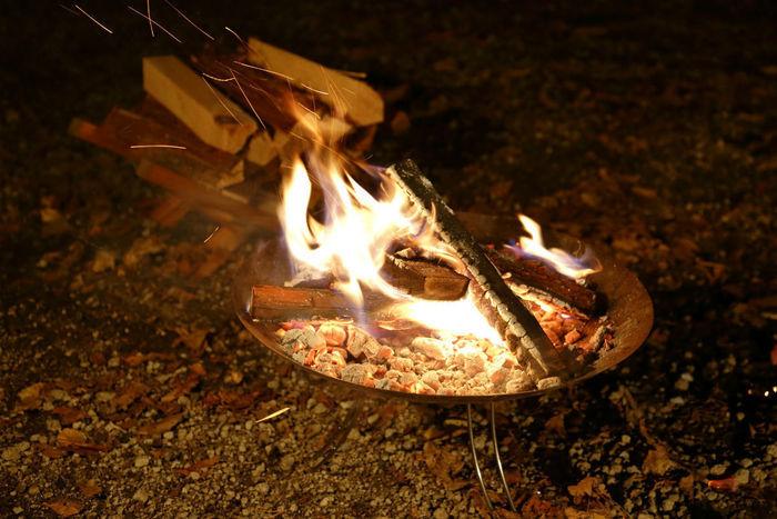 焚き火台から炎が上がっている写真