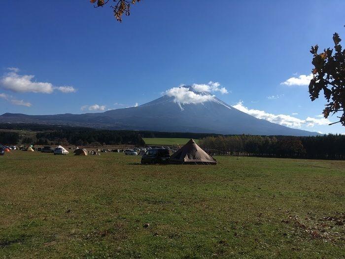 青空にそびえる富士山麓のキャンプ場