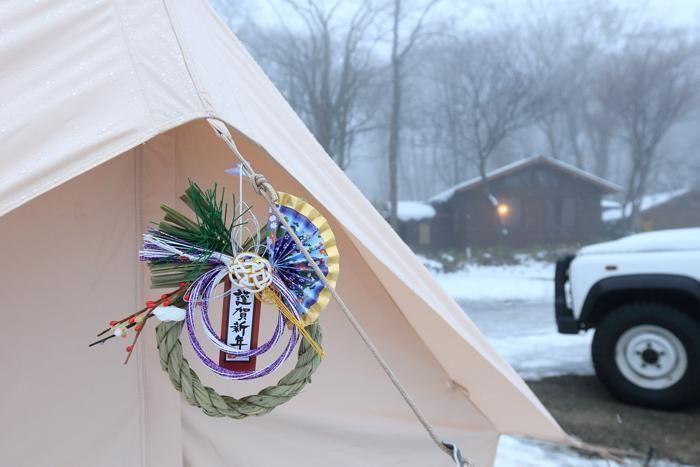 入口に正月飾りを下げたテント